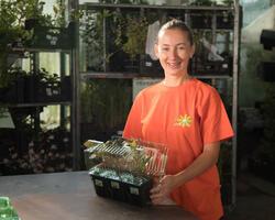 Pečlivě rostliny zabalíme do blisterů. Větší rostliny balíme samostatně do kartonového papíru, abychom minimalizovali riziko poškození.
