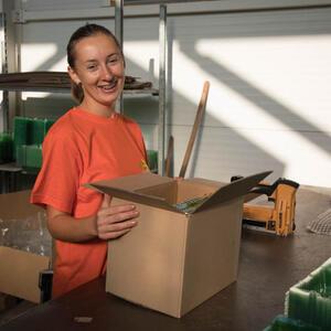 Zabalené rostliny vložíme do krabic. Volná místa vyplníme nafouknutými sáčky, aby se rostliny v krabici nemohly pohybovat.