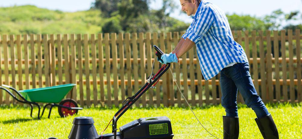 muž pečuje o trávník