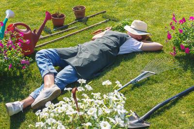 práce na zahradě s vtipem