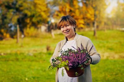 žena a podzimní aranžmá